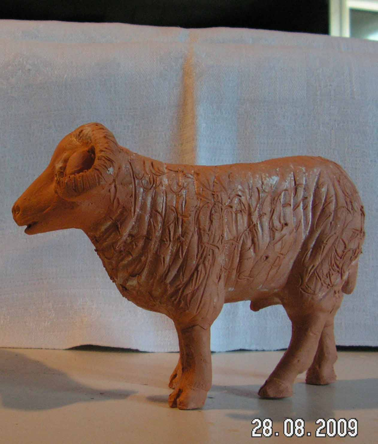 Mouton debout en argile brute